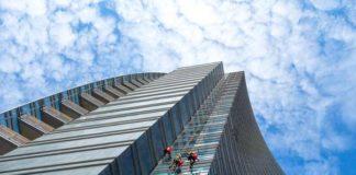 Alpinistycne mycie okien - metodą na zachowanie estetycznego wyglądu szklanym drapaczom chmur