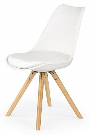 Białe krzesła do błękitnej jadalni