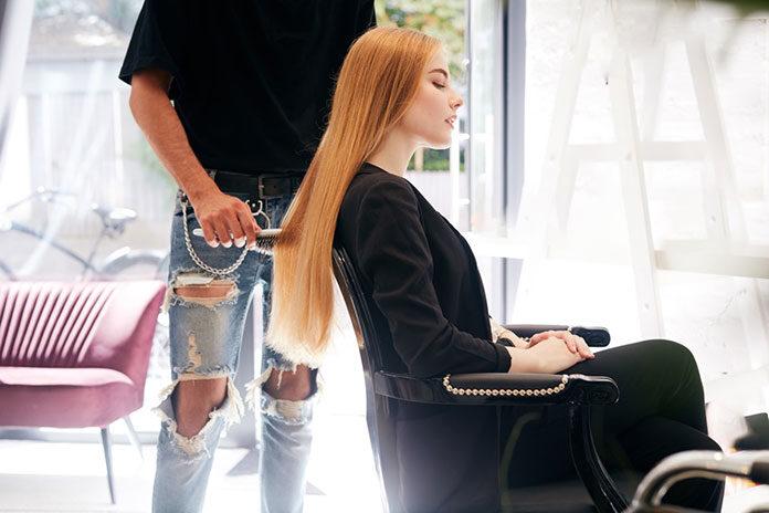 Z całą pewnością najpopularniejszymi w naszym kraju zabiegami kosmetycznymi są usługi fryzjerskie. Włosy to bowiem ta część ciała człowieka, która w największym stopniu stanowi o naszym wyglądzie. Klienci chętnie korzystają z oferty salonów fryzjerskich, które proponują najnowsze techniki farbowania lub strzyżenia. Jednak przy wyborze konkretnego miejsca, w dużej mierze decyduje jakość wyposażenia. Myjki fryzjerskie dla klientów dorosłych Myjki fryzjerskie nie służą już jedynie do tego, aby szybko wymyć włosy. Najnowsze trendy w farbowaniu wymagają często powolnego, stopniowego zmywania farby. Standardem stało się także masowanie głowy podczas jej mycia. Klient zakładu fryzjerskiego przebywa zatem przy myjce znaczącą część czasu. Jako właściciele obiektu, powinniśmy więc zagwarantować swoim gościom jak najlepsze odczucia oraz komfort siedzenia. Godnym polecenia sprzedawcą nowoczesnych myjek dedykowanych do salonów fryzjerskich jest sklep internetowy Activeshop.pl, który proponuje wyroby takich renomowanych marek jak: Gabbiano, Hair System lub Activeshop. Myjki te charakteryzują się ponadprzeciętną funkcjonalnością oraz eleganckim i stylowym wyglądem. Mogą z powodzeniem stanowić element stylizacji danego pomieszczenia. Myjki fryzjerskie z hurtowni Activeshop.pl posiadają specjalnie opracowaną konstrukcję, która zapewnia klientowi solidne i ergonomiczne podparcie głowy w czasie mycia. Do tego są miękkie i wygodne. Materiały, z których je wykonano, gwarantują możliwość zachowania ich w nienagannej czystości i higienie. W komplecie z siedziskiem otrzymujemy również misę ceramiczną oraz podłokietniki. Taki kompleksowy zestaw zadowoli nawet najbardziej wymagających klientów. Fotele fryzjerskie dla dzieci Warto wspomnieć, że w ofercie sklepu Activeshop.pl dostępne są także fotele fryzjerskie, które stworzone z myślą o najmłodszych klientach. Rodzice oraz pracownicy zakładów fryzjerskich, w których strzyżone są dzieci, dobrze wiedzą jak trudne bywa nakłonienie malucha do wy